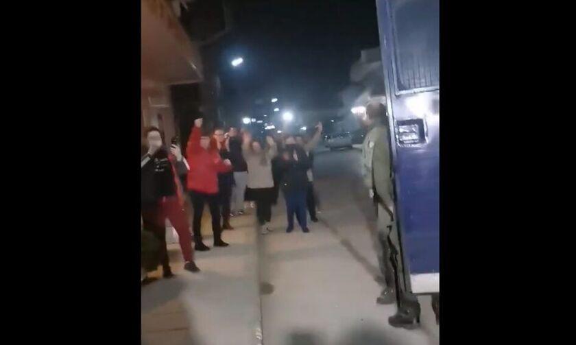 Καστανιές Έβρου: Το θερμό χειροκρότημα στα ΜΑΤ από τους κατοίκους (vid)