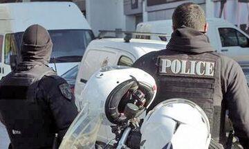 Σε καραντίνα οι 14 αστυνομικοί που τους έφτυσε ο 26χρονος στη Βούλα!