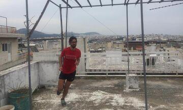 Έτρεξε τον ημιμαραθώνιο της Αθήνας στην ταράτσα του σπιτιού του!