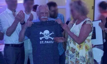 Πώς αποχαιρετούν οι οπαδοί της Ζανκτ Πάουλι τον Μανώλη Γλέζο