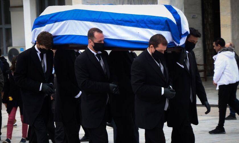 Η κηδεία του Μανώλη Γλέζου: Οι μαύρες μάσκες και η γαλανόλευκη σημαία (pics + vid)