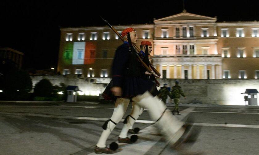Η ιταλική σημαία στο ελληνικό Κοινοβούλιο και το μήνυμα της Κατερίνας Σακελλαροπούλου (pics)