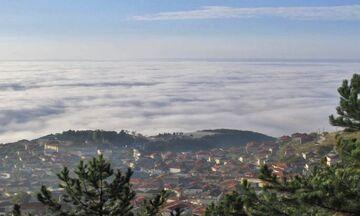Το ελληνικό χωριό που μοιάζει να είναι χτισμένο πάνω από τα σύννεφα
