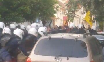 Κορυδαλλός: Δεκατρείς συλλήψεις έξω από εκκλησία - Απαιτούσαν περιφορά Επιταφίου (vid)