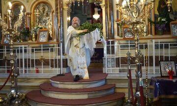 Στην Ασφάλεια ιερέας στη Χίο επειδή λειτούργησε με ανοιχτές τις πόρτες (vid)