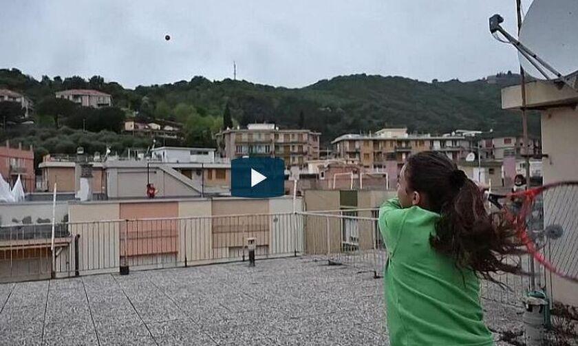 Ιταλία: Έπαιξαν τένις από τις ταράτσες των σπιτιών τους!  (vid)