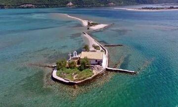 Φως στην Ελλάδα: Το ελληνικό νησί που είναι όλο παραλία και έχει πάνω μόνο ένα εκκλησάκι