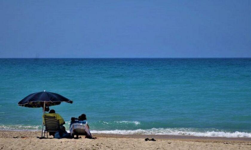 Κορονοϊός: Τι ισχύει με το μπάνιο στη θάλασσα και την άμμο