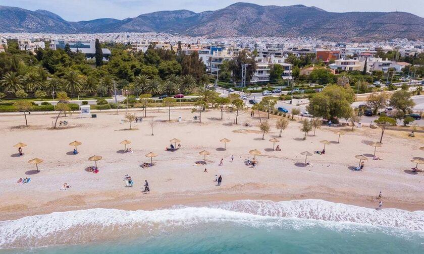 Η παραλία της Γλυφάδας μεταμορφώθηκε - Καθαριότητα, αραιά οι ομπρέλες και νέα άμμος για το καλοκαίρι