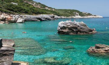 Φως στην Ελλάδα:Ποια είναι η παραλία του Πηλίου που χωρίζεται στη μέση από μια πέτρινη αψίδα