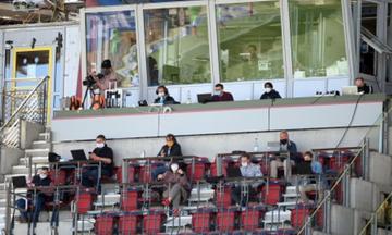 Καρσλρούη - Ντάρμσταντ: Οι δημοσιογράφοι τηρούν αποστάσεις στην εξέδρα (vid)