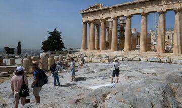 Οι «προβολείς» των διεθνών ΜΜΕ πάνω στην ανοιχτή ξανά Ακρόπολη (pics)