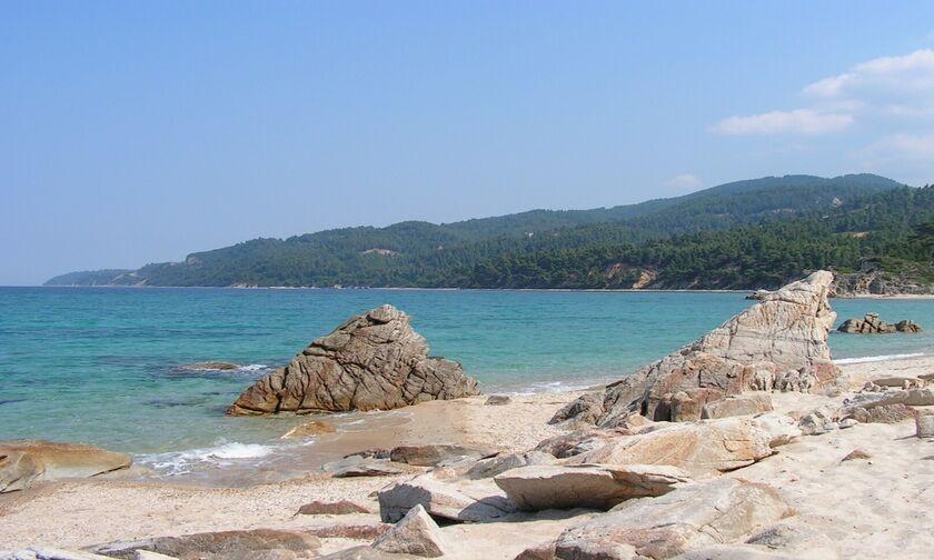 Φως στην Ελλάδα: Το παραθαλάσσιο ελληνικό χωριουδάκι με τις εξωτικές παραλίες