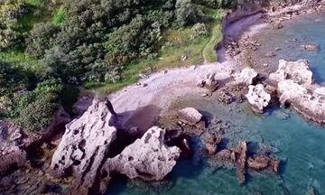 Φως στην Ελλάδα: Η γαλάζια παραλία στην Πελοπόννησο που λίγοι γνωρίζουν