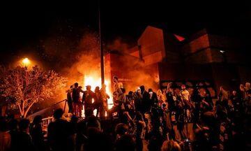 ΗΠΑ: Διαδηλωτές πυρπόλησαν αστυνομικό τμήμα για τον αδικοχαμένο Φλόιντ (vid & pics)