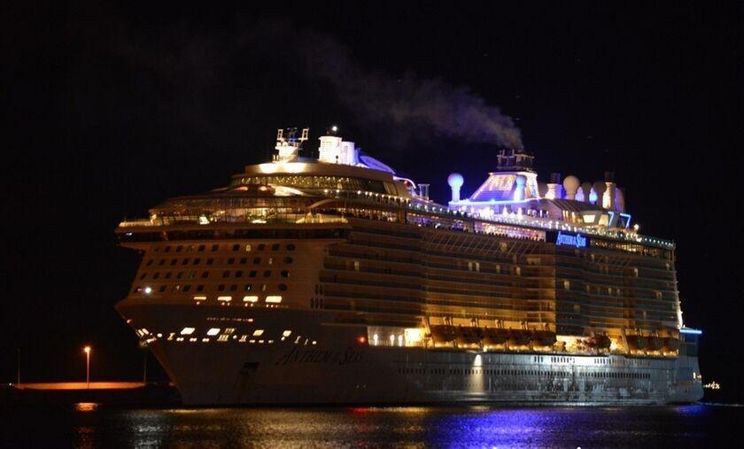 Πειραιάς: Η εντυπωσιακή νυχτερινή αναχώρηση του Anthem of the Seas απ' το λιμάνι (video)