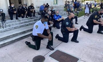 Αστυνομικοί γονάτισαν μπροστά στους διαδηλωτές και προσευχήθηκαν για τον  George Floyd (pic&vids)