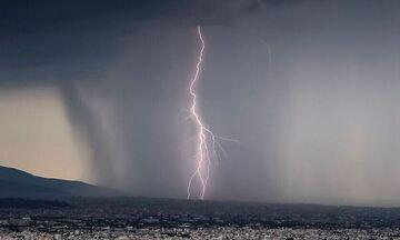 Χαλαζόπτωση στην Αττική, έντονες βροχές - Πώς θα είναι ο καιρός αύριο Τρίτη 2/6