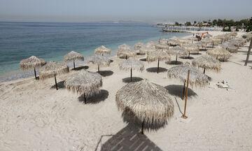 Νέα ΚΥΑ για τις παραλίες: Επιτρέπονται καφές, τραπεζάκια, ξαπλώστρες- Η μουσική και τα πρόστιμα