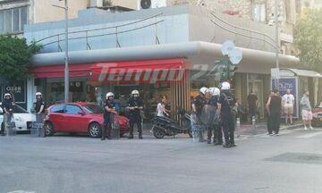 Πάτρα: Οπαδοί της ΑΕΚ πήγαν για «ντου» σε στέκι του ΠΑΟΚ - Τους σταμάτησαν αστυνομικοί (pic)