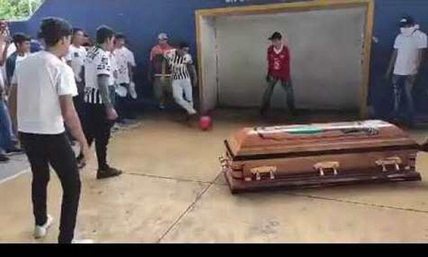 Μεξικό: Νεκρός ποδοσφαιριστής «σκόραρε» με το... φέρετρο! (vid)