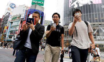 Ιαπωνία: Απαγορεύτηκε η ενασχόληση με τα κινητά στους πεζούς σε δήμο της χώρας!