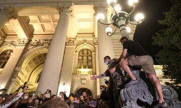 Σερβία: Οργή κατά του νέου lockdown - Διαδηλωτές εισέβαλαν στην Βουλή