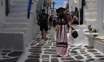 Μύκονος όπως το '60: Αδειες οι ξαπλώστρες στη Ψαρού - Λίγος κόσμος στα μαγαζιά κυρίως με Έλληνες