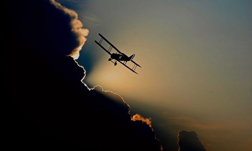 Πτώση μονοκινητήριου αεροπλάνου στην Πρώτη Σερρών, σε πρόσοψη σπιτιού