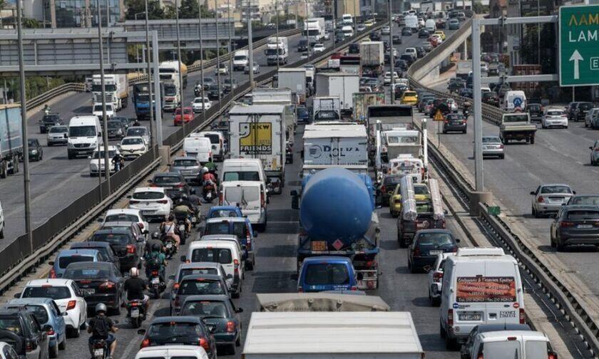 Ανατροπή νταλίκας στη Λυκόβρυση - Μετ' εμποδίων η κυκλοφορία στην εθνική οδό Αθηνών-Λαμίας