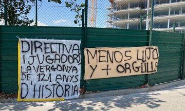 Μπαρτσελόνα: Πανό με συνθήματα έξω από το «Κάμπ Νόου»- «Ντροπιάζετε 121 χρόνια ιστορίας» (pics)