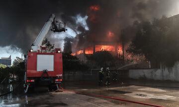 Πυρκαγιά στη Μεταμόρφωση:  Μεγάλες δυσκολίες στο έργο της κατάσβεσης
