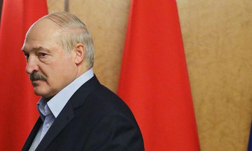 Με καλάσνικοφ στο προεδρικό μέγαρο ο Λουκασένκο (vid)