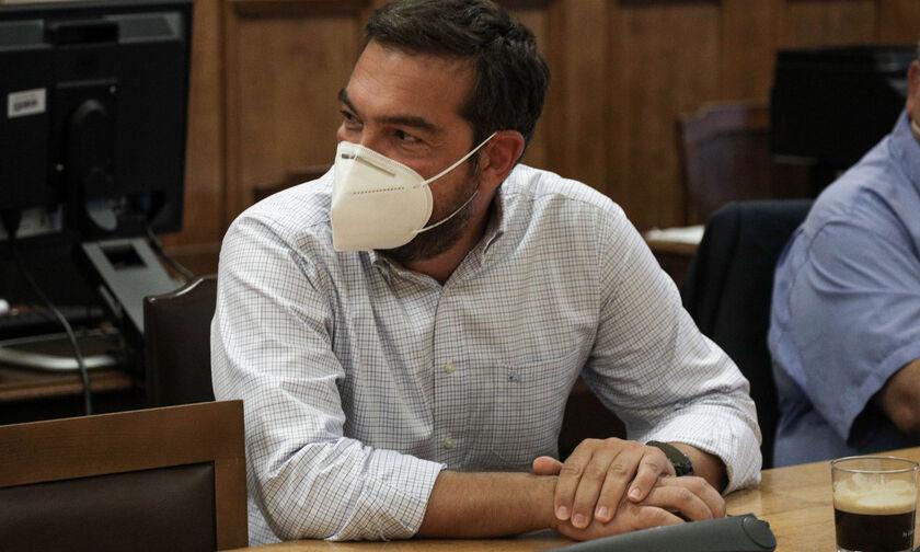 Ο Αλέξης Τσίπρας με μάσκα και μούσι στην ΚΟ του ΣΥΡΙΖΑ