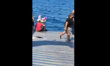 Αντίρριο: Ferry boat διέσωσε παιδί - Τα ρεύματα παρέσυραν το σωσίβιό του - Το βίντεο της διάσωσης