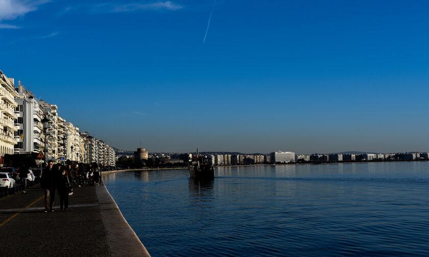 Θεσσαλονίκη: Δεκάδες ψάρια στην στεριά (vid)