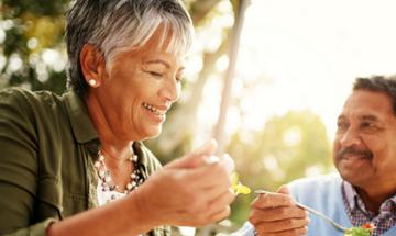 Διατροφή μετά τα 50: Ποιες βιταμίνες χρειάζονται ενίσχυση