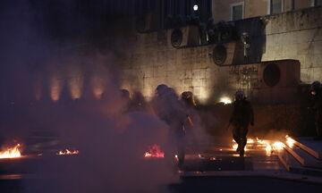 Επεισόδια διαδηλωτών με ΜΑΤ στο Μνημείο του Άγνωστου Στρατιώτη