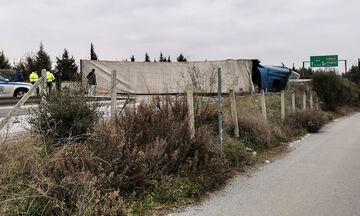 Καραμπόλα οχημάτων στο Δερβένι, «δίπλωσε» νταλίκα (vid)
