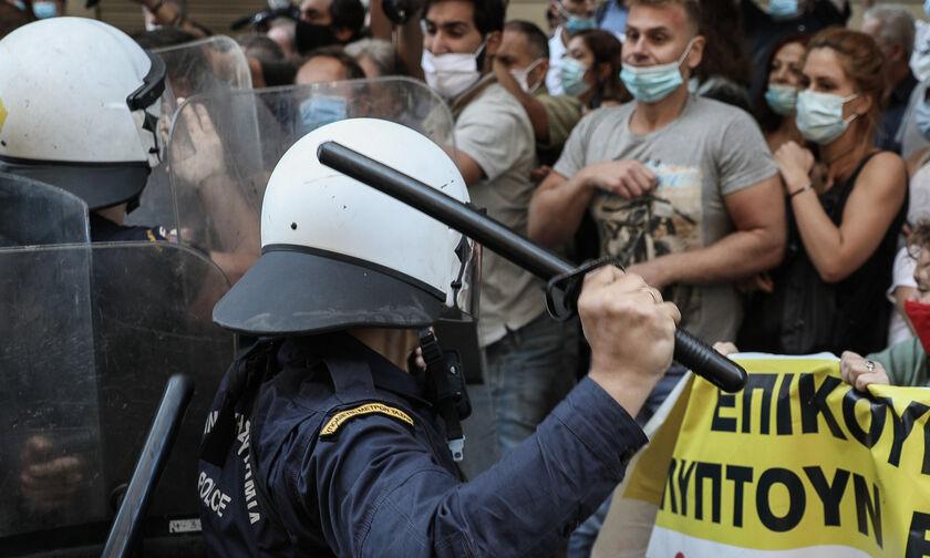 Επεισόδια έξω από το Υπουργείο Υγείας - Τα ΜΑΤ χτύπησαν μέλη της ΠΟΕΔΗΝ