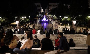 Κορονοϊός: Συνεχίζονται οι εικόνες συνωστισμού στις πλατείες (vid)
