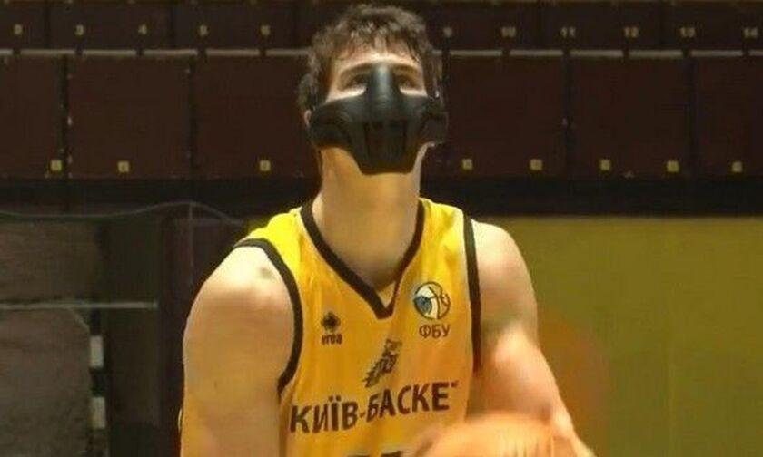 Oυκρανία: Μπασκετμπολίστας αγωνίστηκε με μάσκα!