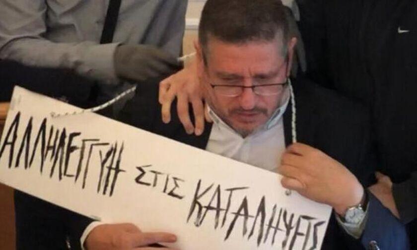 Αντιεξουσιαστές πέρασαν ταμπέλα στο λαιμό του πρύτανη της ΑΣΟΕΕ!