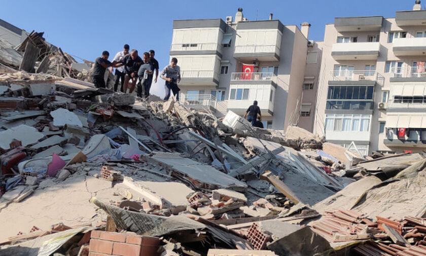 Σμύρνη: Μητέρα με τρία παιδιά ανασύρθηκαν ζωντανοί από τα χαλάσματα 23 ώρες μετά τον σεισμό (vid)