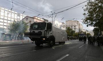 Ένταση με χημικά και αύρες νερού στις συγκεντρώσεις στην Αθήνα - Προσαγωγές (vid)