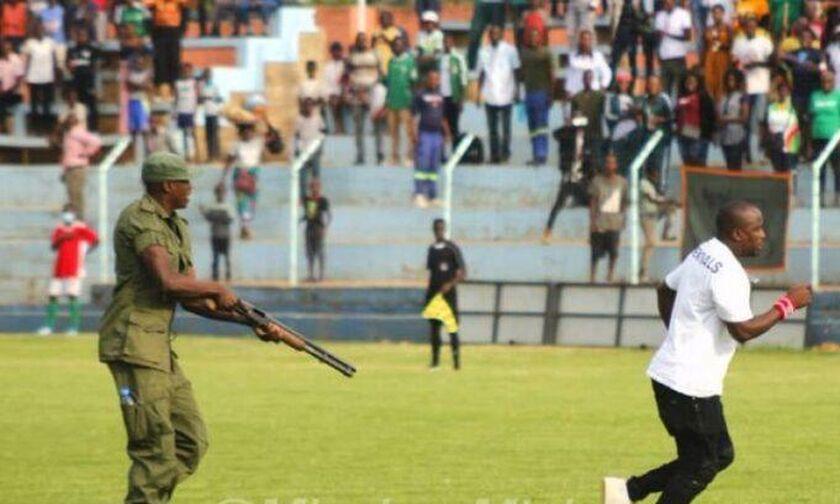 Αστυνομικός στη Ζάμπια απείλησε με όπλο οπαδό!