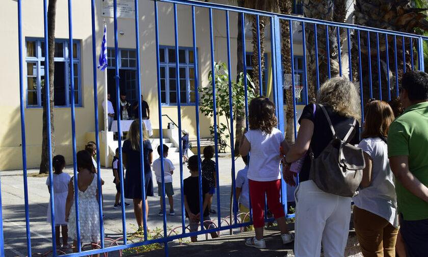 MEGA: Πότε σκοπεύει η κυβέρνηση να ανοίξει τα σχολεία, πότε τα εστιατόρια (vid)