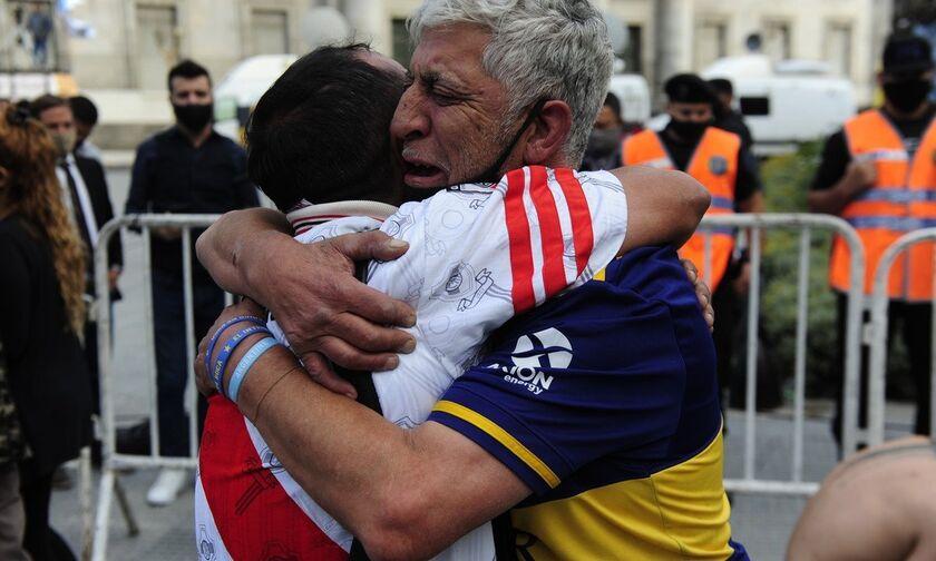 Μαραντόνα: Αγκαλιασμένοι θρηνούν οπαδοί της Μπόκα και της Ρίβερ (vid)