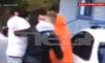 Θεσσαλονίκη: Η συμπλοκή των νεαρών «ποδοσφαιριστών» με αστυνομικούς - Άρπαξαν ασύρματο (vid)