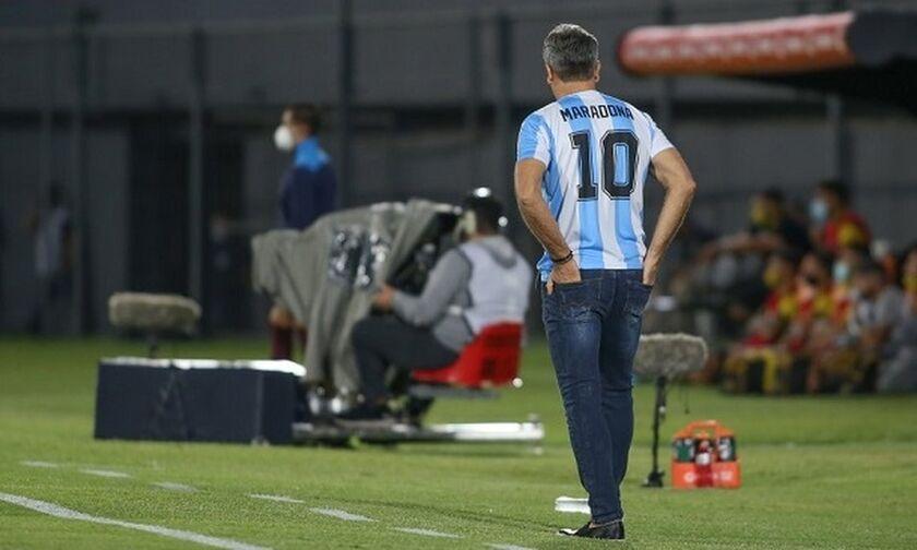 Βραζιλιάνος προπονητής με φανέλα… Αργεντινής του Μαραντόνα στο παιχνίδι της ομάδας του (pics)